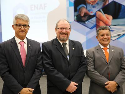 Imagem mostra representantes da Instituição e do CFA